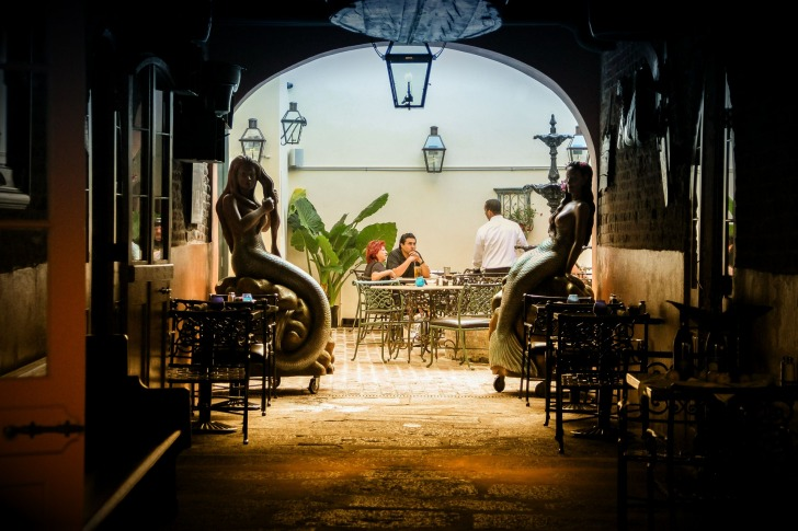 There are many bars and restaurants/ Image by llambrano from Pixabay