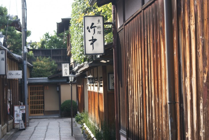 Visit a ryokan a learn small details of the Japanese culture/ Image by hebushiki from Pixabay