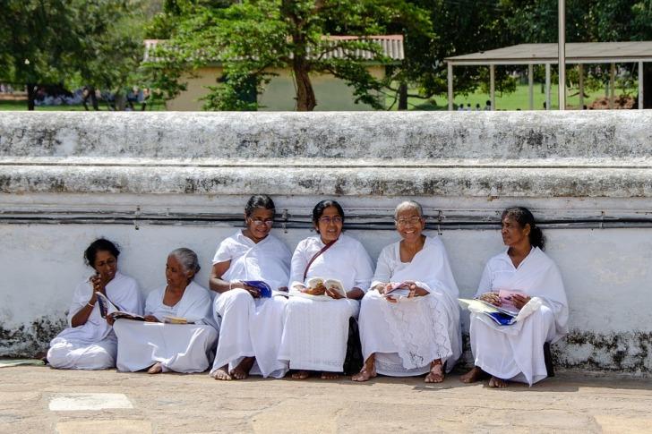 Buddhist women reading