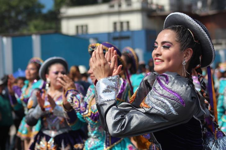 Peruvian women dancing